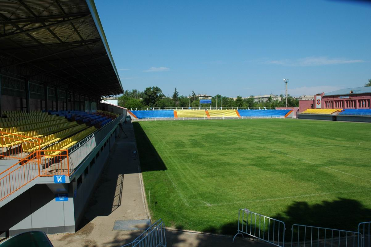 Стадион строитель: искусственный газон из сербии и расширенные беговые дорожки - челны лтд